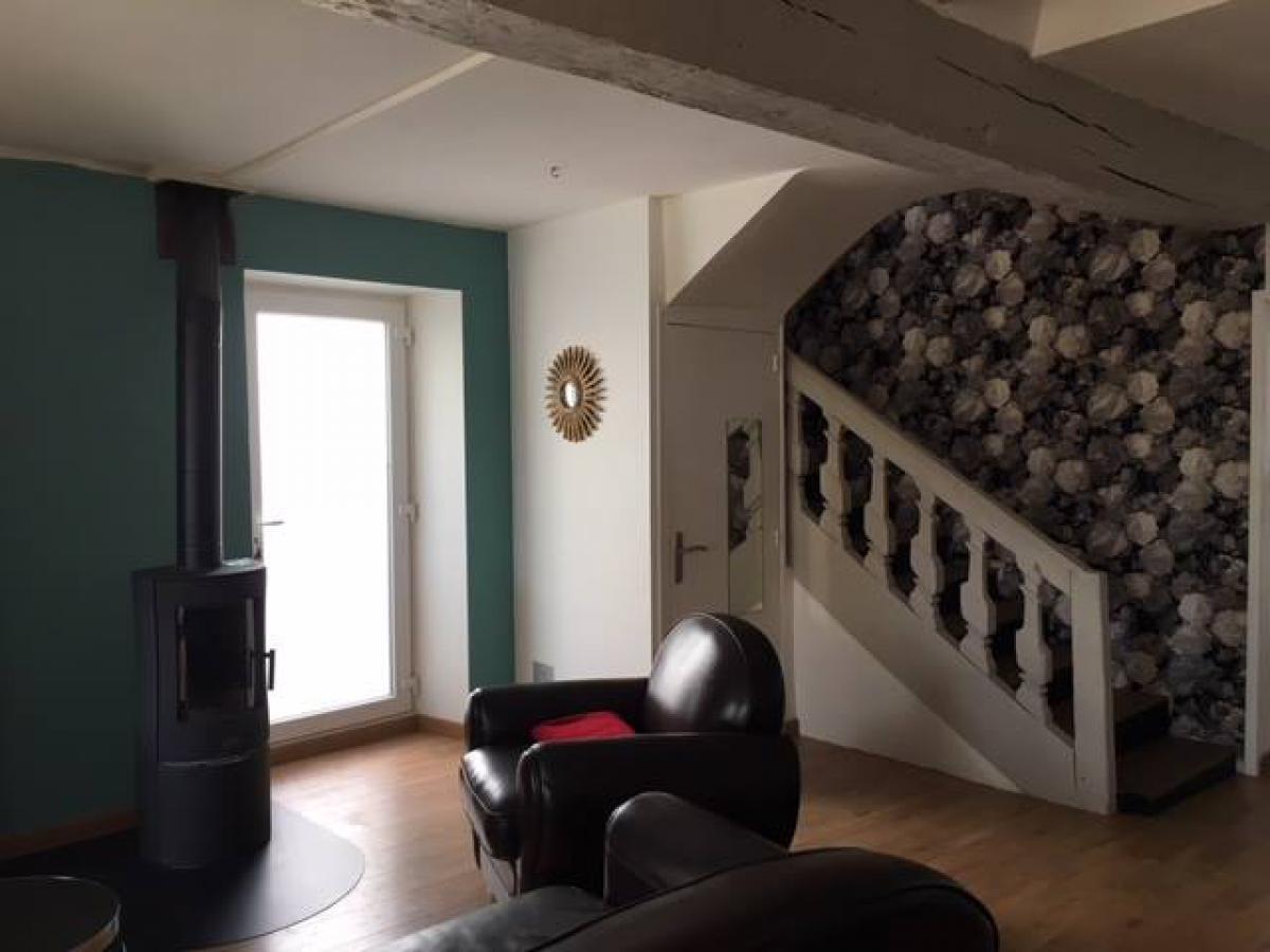 Nouvelles peintures et pose de papier peint dans la montée d'escalier<br>