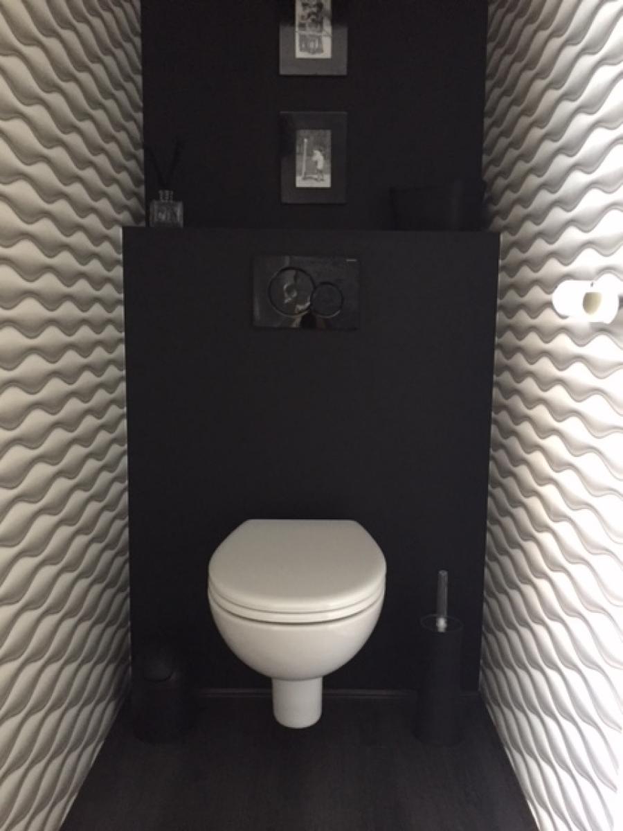 Création d'un WC suspendu avec la pose de papier peint moderne et design