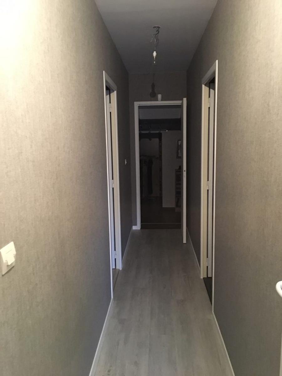 Couloir après travaux avec pose d'un nouveau revêtement de sol et pose de papier peint<br>