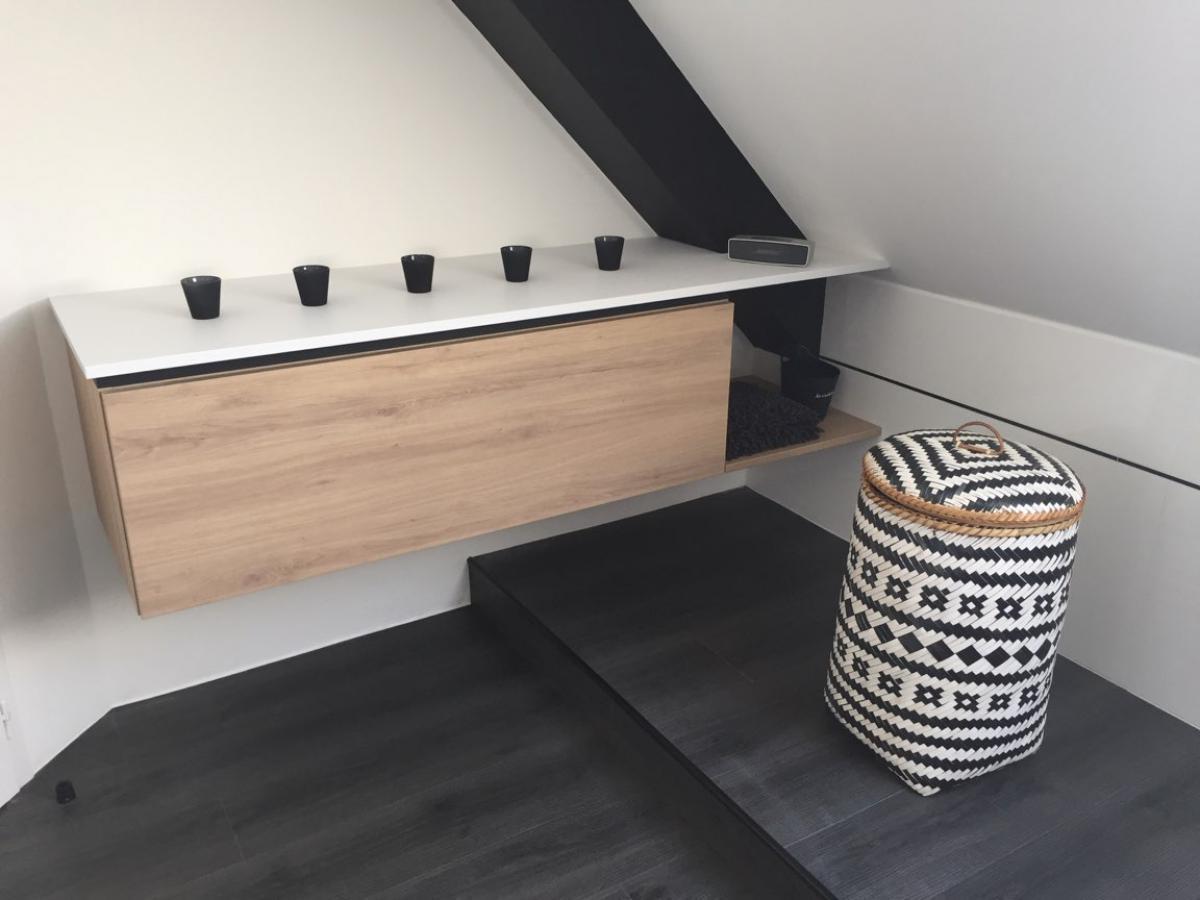 Installation d'un meuble suspendu, en sous pente